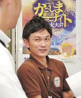 大会当日に向け、最終チェックを進める松村大輔さん=鹿島市役所
