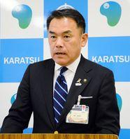 機構改革案の再提案について定例会見で説明する峰達郎市長=唐津市役所