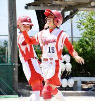 1回戦・諸富-千代田 2回裏1死満塁から左越えの満塁本塁打を放ち、笑顔で生還する千代田の4番内川莉央(右)=佐賀市の大和中央公園