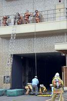 2階にいた意識不明者を救助する消防隊員ら=佐賀市のガーデンテラス佐賀ホテル&マリトピア