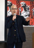講演する尾上克郎さん=佐賀市の佐賀新聞社