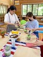 観葉植物作りに挑戦する児童。フリースクールと同じ敷地内で放課後等デイサービスがスタートし、利用者の新たな居場所づくりを目指す=佐賀市大和町のフリースクール・しいのもり