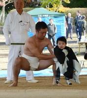 子どもの健やかな成長を願って行われた稚児土俵入り=有田町の白磁ケ丘相撲場