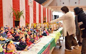 小城町会場のひな人形。身近な材料を使って子どもたちが手作りした=小城市のゆめぷらっと小城