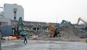 解体工事が進む旧唐津赤十字病院。一部の区画から基準値を超える汚染物質が検出された=唐津市二タ子