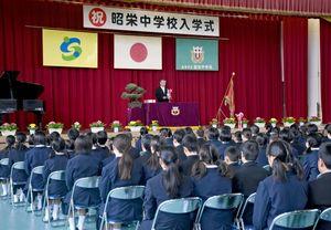 新入生168人が臨んだ昭栄中の入学式=佐賀市の同校