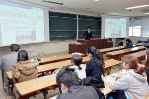 独占禁止法について解説した出前授業=佐賀市の佐賀大学本庄キャンパス