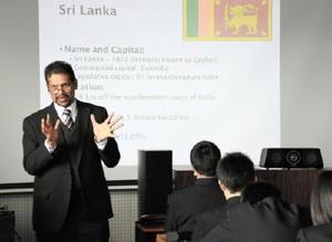 英語で世界経済の授業を行った佐賀大のディシルバ・サーリア教授=佐賀商業高校
