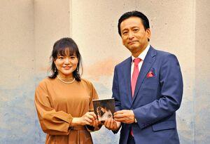「佐賀を盛り上げたい」と語ったshinoeさん(右)=佐賀市の県庁