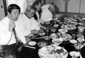 試食会で普茶料理を味わう参加者=平成2年5月16日