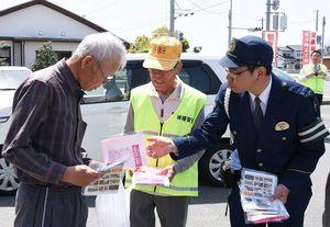 交通安全のチラシなどを配布した神埼署員ら(右)=神埼市神埼町本堀の「サピエ」