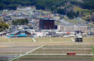 かさ上げした土地に完成した、岩手県陸前高田市の新庁舎(中央)=18日午後