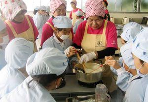町食育サポーターに教わりながら豆腐づくりに挑戦する児童たち=みやき町の中原小