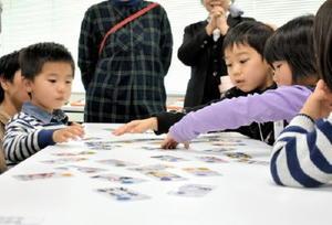 「情報モラルかるた」で学ぶ児童ら=佐賀市のマイクロソフトイノベーションセンター