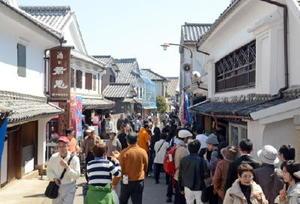 日本酒のイベント「鹿島酒蔵ツーリズム」の舞台にもなり、伝統的な町並みが続く肥前浜宿。本年度は景観の整備などに着手する=2015年3月、鹿島市浜町