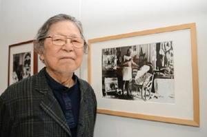 アンドレ・ヴィレールの写真に「制作現場の雰囲気が出ていて面白い」と語る横尾尚さん=佐賀市の県立美術館