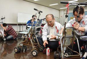 押し車や車いすなどの清掃ボランティアを実施したモスバーガーの店長たち吉野ヶ里町の三田川健康福祉センター「ふれあい館」