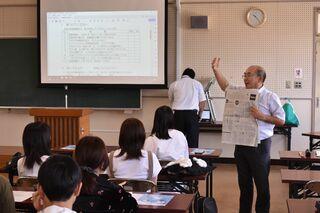敬徳高通信制でNIE出前授業 新聞の読み方学ぶ
