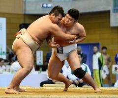 相撲少年男子・佐賀-和歌山 唯一の3年生としてチームを引っ張った菊谷勇斗(右)=岩手県の八幡平市総合運動公園体育館
