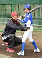 打撃フォームを指導する侍ジャパン日本代表監督の稲葉篤紀さん=佐賀市のみどりの森県営球場