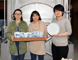 酒器や皿など工夫を凝らした作品を展示する大城あかりさん(左)、前野美祝さん(中央)、矢野李奈さん=有田町の聡窯