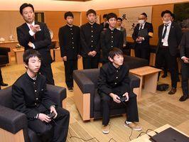山口祥義知事の前で実際にプレーを見せた鹿島高のメンバー=県庁