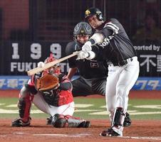 8回ソフトバンク無死三塁、グラシアルが左中間に先制二塁打を放つ。捕手田村=ZOZOマリン