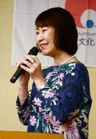 取材した一流アスリートたちの努力や苦悩を紹介する小松成美さん=鹿島市の割烹清川