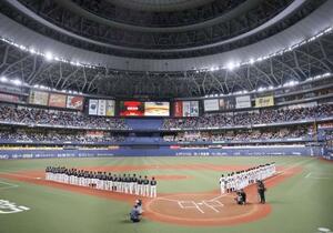 プロ野球日本シリーズの第1戦開始を前に整列する巨人とソフトバンクの選手たち=21日、大阪市の京セラドーム大阪