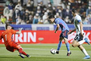 日本―アルゼンチン 前半、先制ゴールを決める林(中央)。GKレデスマ=ミクニワールドスタジアム北九州