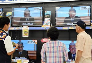 天皇陛下のビデオメッセージのテレビ放送に見入る人たち=8日午後3時3分、佐賀市のエディオン佐賀本店