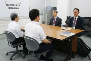半導体材料の輸出規制強化に関する事務レベル会合に臨む韓国側(奥)と経産省の担当者=12日午後、経産省(代表撮影)