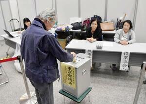参院選の期日前投票をする有権者=7月5日、東京都港区
