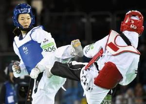 女子57㌔級2回戦 エジプト選手(右)と対戦する濱田真由=リオデジャネイロ(共同)