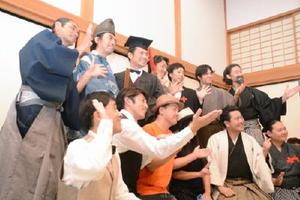 観客との記念撮影に応じる出演者ら=佐賀市の佐賀城本丸歴史館
