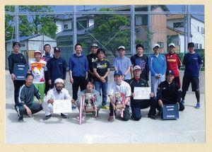循誘校区民ソフトボール大会 上位入賞したチームの選手たち