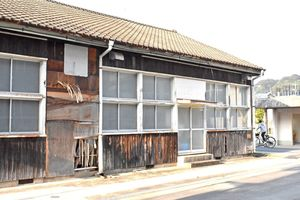 伊万里市が改修後に留守家庭児童クラブとして利用する予定の築60年の建物=伊万里市の大坪小学校