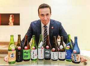 審査委員長を務めたシェフソムリエのグザビエ・チュイザ氏と七田や基峰鶴を含む上位に選ばれた日本酒=フランス・パリ(大会事務局提供)