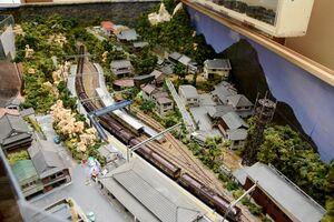 JR上有田駅(手前)周辺のジオラマと鉄道模型=有田町中樽の駅カフェSARAYAMA