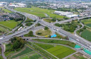 九州、大分、長崎自動車道がクローバー形に交わる鳥栖ジャンクション=鳥栖市幡崎町の日吉神社からドローンで空撮