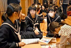 AIの分析を基に振り分けたグループで、互いの共通点を話し合う生徒たち=佐賀市富士町のフォレスタふじ