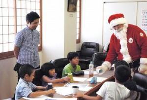 クリスマスをテーマにしたカップのデザインを考える参加者=有田町生涯学習センター