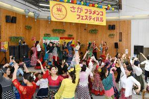 来場者全員がフラメンコを踊り楽しんだ=佐賀市の656広場