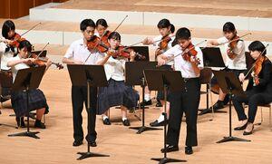 ドラマチックなハーモニーを奏でる佐賀県高校合同弦楽合奏団。男子生徒の左が梶山七生さん、右が田中凌太さん=佐賀市文化会館