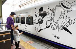 JR佐賀駅に到着したミッキーマウスのラッピングトレイン=佐賀市