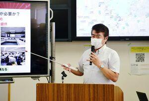 防災訓練の講評とシステム運用などについて話す三谷泰浩教授=唐津市役所