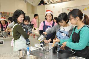 IHを使い、ハンバーガーや野菜スープを作る参加者=佐賀市の九州電力佐賀営業所