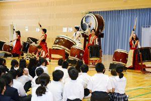 児童に演奏を披露する和楽団ジャパンマーベラス=玄海町の玄海みらい学園