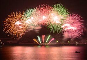 昨年の「伊万里みなと祭り」でも好評だった「5方向花火」。色とりどりの花火が海上を彩る=2017年11月3日(伊万里市提供)