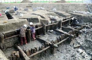 早津江川沿いで発掘された三重津海軍所のドライドック跡。深さは約4㍍あり、木材を枠状に組み合わせた特殊な工法で造られていた=2011年12月、佐賀市川副町(佐賀市教育委員会提供)
